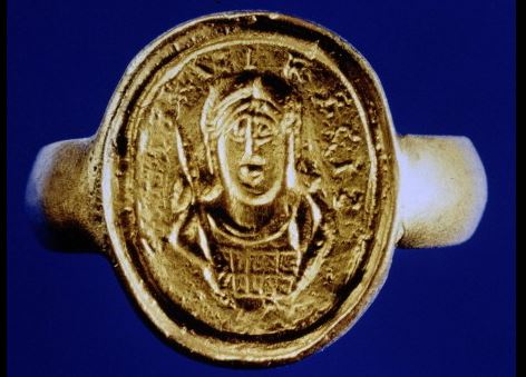 """Siegelring mit dem Bildnis Childerichs und Aufschrift CHILDIRICI REGIS (""""[Besitz] des Königs Childerich"""")."""