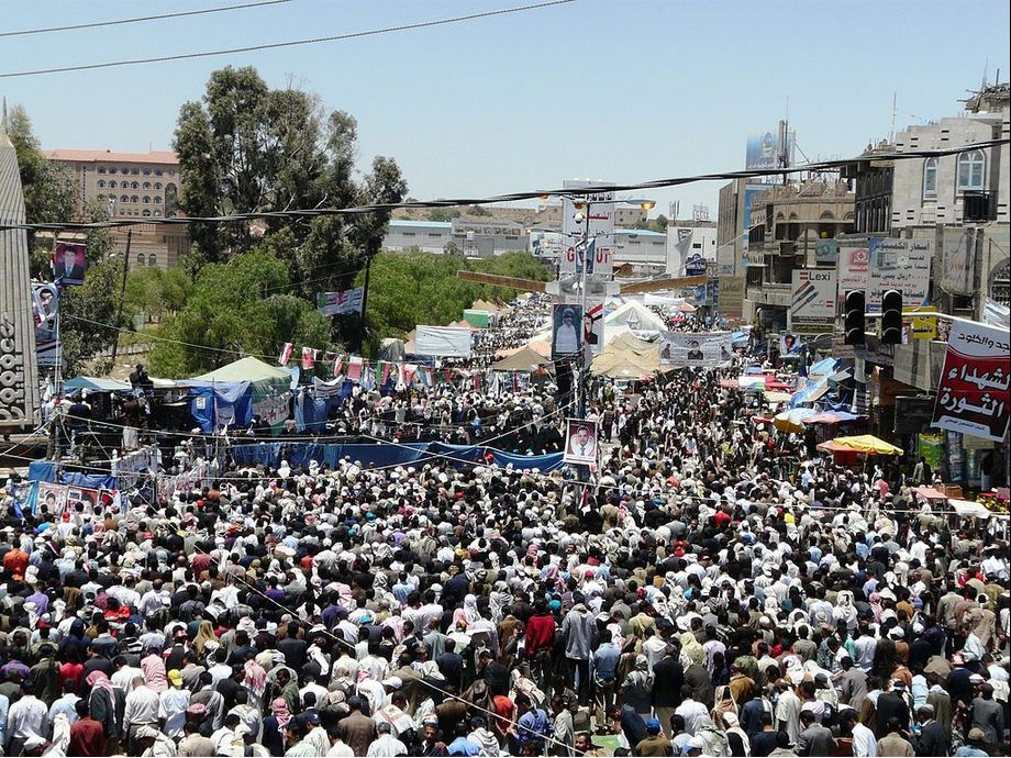 """Yemeni Protests 4-Apr-2011 P01"" von Email4mobile. Lizenziert unter CC BY-SA 3.0"